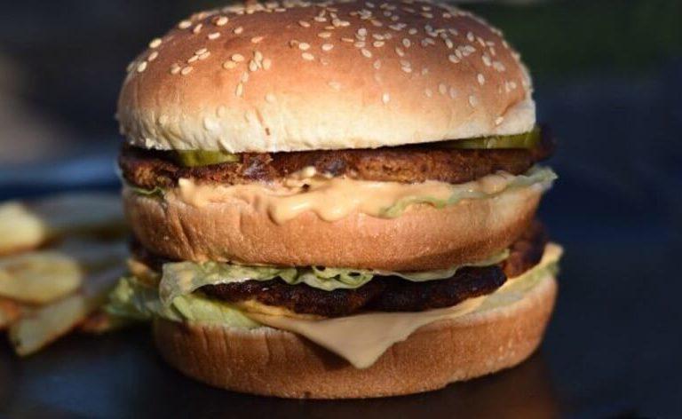 """UAU! """"Big Mac"""" vegano esgota rapidamente em Festival de Carne"""